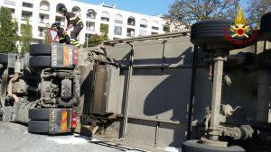 camion ribaltato 6